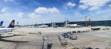 Parc d'avions sur le terminal 1 Image stock