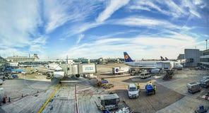 Parc d'avions sur le terminal 1 Image libre de droits