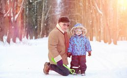 Parc d'hiver sous la neige Promenade de matin de janvier par pour photographie stock