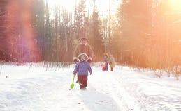 Parc d'hiver sous la neige Promenade de matin de janvier par pour photo libre de droits