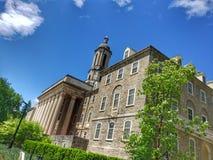 Parc d'université, PA - 20 mai 2019 - un tir scénique du vieux bâtiment principal chez Penn State University photos libres de droits