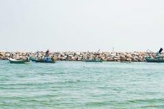Parc de bateau de pêche au-dessus de porteur de roche de mer image libre de droits