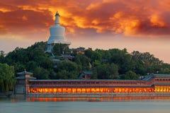 Parc de Beihai dans le coucher du soleil magique, Pékin, Chine photos stock