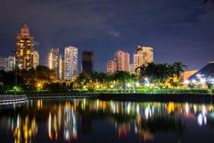 Parc de Benchakitti au crépuscule près du district des affaires de gratte-ciel Images libres de droits