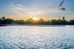 Parc de Benjakiti de coucher du soleil à Bangkok Photographie stock libre de droits