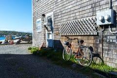 Parc de bicyclette de vintage près de la plage Photographie stock
