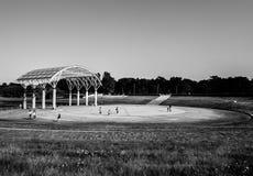 Parc de bord de la mer de Hitachi - étape de représentation d'arène noire et blanche photo stock
