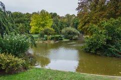 Parc de Champ de Mars avec le lac à Paris Photographie stock libre de droits