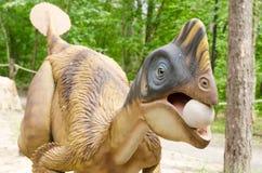 Parc de dinosaure, modèle d'un dinosaure qui a volé un oeuf photographie stock libre de droits