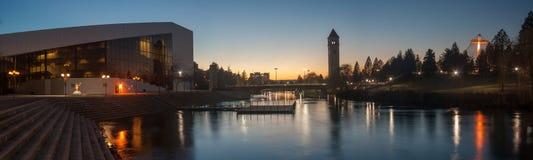 Parc de façade d'une rivière à Spokane au crépuscule Image stock