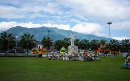 Parc de gare ferroviaire de Hualien devant la station de train et le m images libres de droits