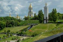 Parc de gloire sur les collines vertes avec le mémorial et le monastère Photographie stock libre de droits