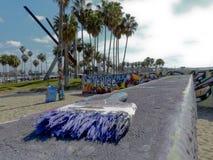 Parc de graffiti de plage de Venise où un pinceau se repose placé sur un mur Photographie stock