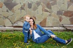 Parc de mère et de fille au printemps Image stock