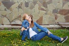 Parc de mère et de fille au printemps Photos libres de droits