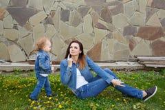 Parc de mère et de fille au printemps Photos stock