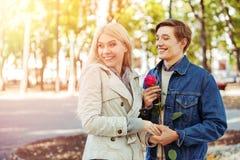 Parc de marche de couples de ressort Éclat du soleil de promenade d'amis de ressort Photos libres de droits