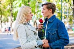 Parc de marche de couples de ressort Éclat du soleil de promenade d'amis de ressort Images libres de droits