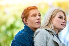 Parc de marche de couples de ressort Promenade d'amis d'été extérieure Image stock
