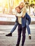 Parc de marche de couples de ressort Promenade d'amis d'été extérieure Image libre de droits