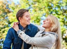 Parc de marche de couples de ressort Promenade d'amis d'été extérieure Images libres de droits