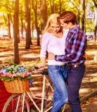 Parc de marche de couples de ressort Promenade d'amis d'été extérieure Photo stock