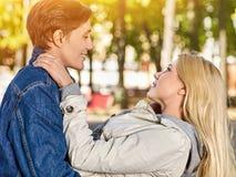 Parc de marche de couples de ressort Promenade d'amis extérieure Photos libres de droits