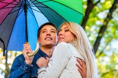 Parc de marche de couples d'automne Promenade d'amis de chute sous le parapluie de pluie Images stock