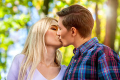 Parc de marche de couples de ressort Promenade d'amis d'été extérieure Photos libres de droits