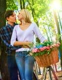 Parc de marche de couples de ressort Promenade d'amis d'été extérieure Images stock