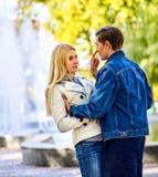 Parc de marche de couples de ressort Promenade d'amis d'été extérieure Photographie stock
