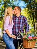 Parc de marche de couples de ressort Promenade d'amis d'été extérieure Photos stock
