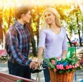 Parc de marche de couples de ressort Promenade d'amis d'été extérieure Photo libre de droits