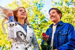 Parc de marche de couples de ressort Promenade d'amis de chute sous le parapluie de pluie Photo libre de droits
