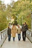 Parc de marche de famille heureuse Image libre de droits