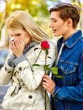 Parc de marche et de baiser de couples de ressort d'été Images libres de droits