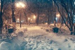 Parc de nuit pendant chutes de neige images stock