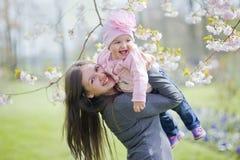 Parc de petite fille au printemps image stock