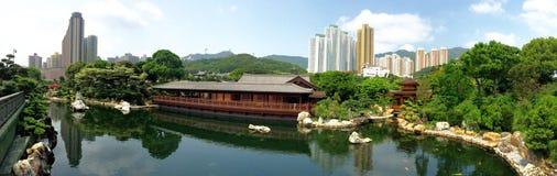 Parc de piscine de jardin de zen dans la ville images stock