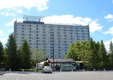 Parc de rivière de bâtiment d'hôtel à Novosibirsk sur le remblai du fleuve Ob dans la vue d'été du parking image stock