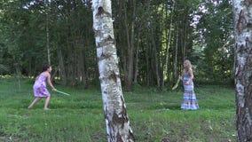 Parc de vert de volant de badminton de jeu de fille avec la femme enceinte clips vidéos