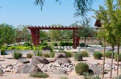 Parc de ville avec la végétation et le Ramada en bois images stock