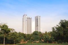 Parc de ville avec le fond moderne de bâtiment à Bangkok Images libres de droits