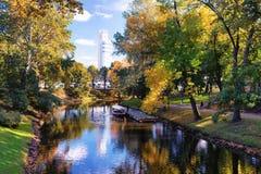 Parc de ville d'automne avec l'horloge centrale à Riga Image stock