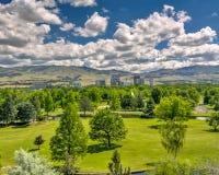 Parc de ville en Boise Idaho avec la ville et les montagnes Photos stock