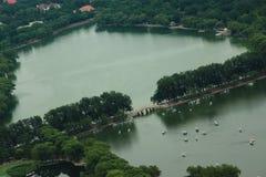 Parc de Yuyuantan dans Pékin, vue de tour de TV Photos stock