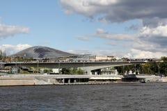Parc de Zaryadye sur le remblai de Moskvoretskaya à Moscou image libre de droits