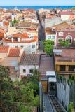从Parc del卡斯特尔在缆索铁路的镇的屋顶的看法海 马尔格拉特德马尔,西班牙- 2016年5月03日 免版税库存照片