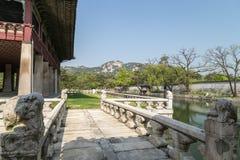 Parc derrière le pavillon de Gyeonghoeru au palais de Gyeongbokgung à Séoul image stock