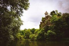Parc des Buttes Chaumont i Paris, Frankrike Arkivbilder
